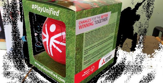 Confezione del pallone speciale per il Progetto #PlayUnified