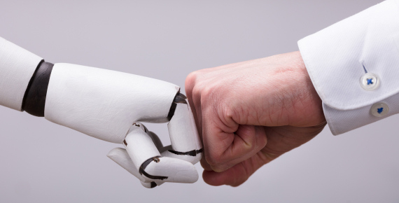 Mano umana e robot